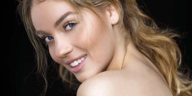 Presume al sonreír con un tratamiento de blanqueamiento dental